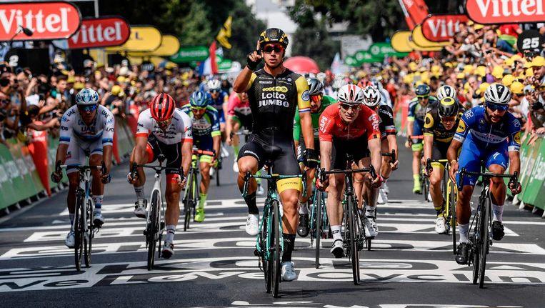Dylan Groenewegen wint ¿ afgetekend ¿ de sprint in de achtste etappe van de Tour van dit jaar, voor onder anderen André Greipel (midden, rechts) en Fernando Gaviria (rechts) Beeld Philippe Lopez/AFP