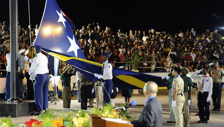 Het hijsen van de vlag van Curacao tijdens de ceremonie rondom de opheffing van de Nederlandse Antillen in oktober 2010. Beeld ANP XTRA
