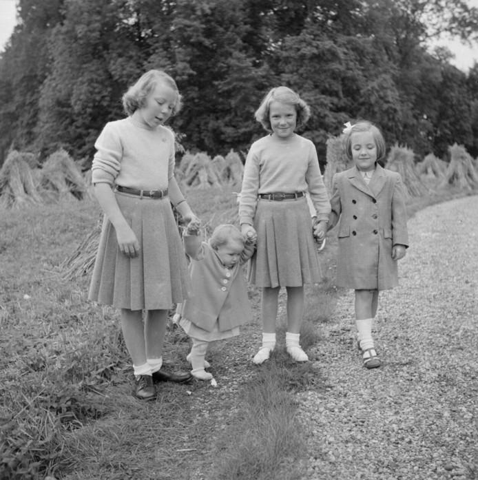De Prinsessen Beatrix, Christina, Irene, Margriet en wandelen in de tuin van Paleis Het Loo, 1948.