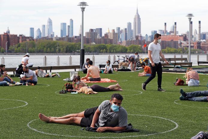Burgemeester Reinie Melissant ziet wel iets in de aanpak van New York. Daar zorgen cirkels in het gras ervoor dat bezoekers de juiste afstand bewaren.
