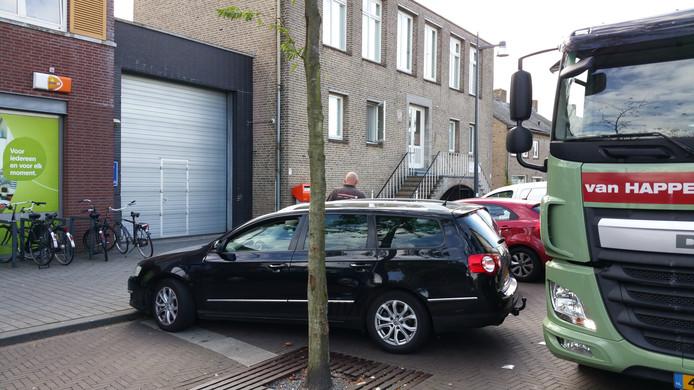 Er is hoge parkeerdruk en laden en lossen leidt tot wegversperringen nabij de Plus.