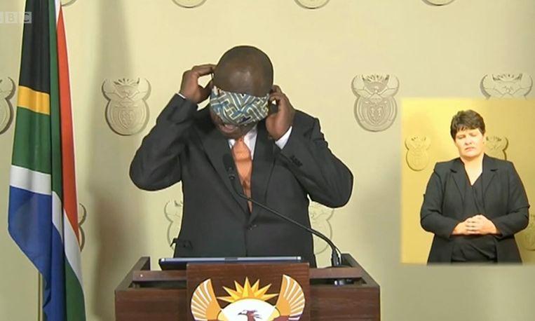 President Ramaphosa met een mondmasker.  Beeld