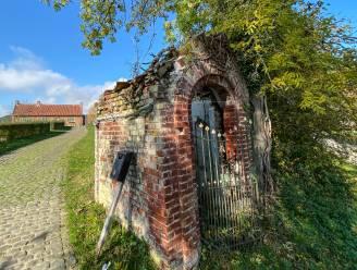 Minister laat beschermde kapel van de Verrebekehoeve in Opbrakel restaureren