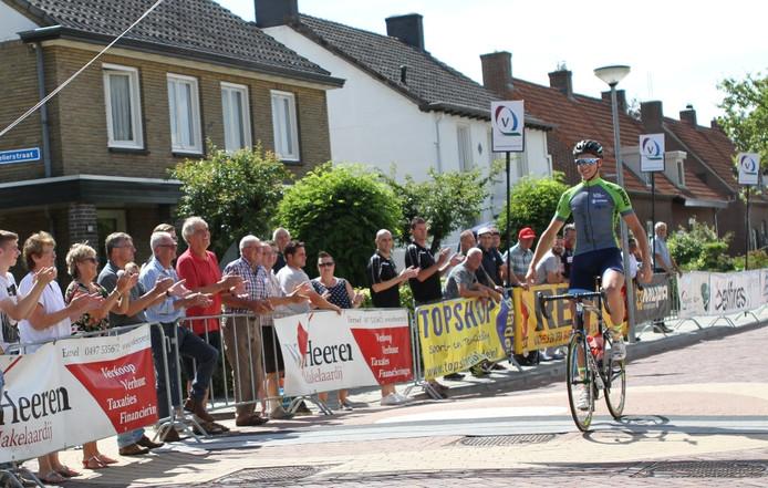 Een lachende Wout Verbeek passeert als eerste de finish in Duizel