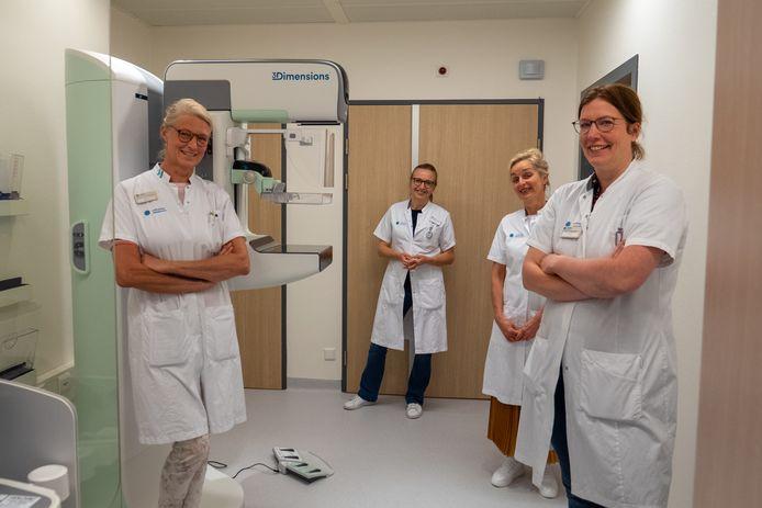 Medisch specialisten bij de nieuwe mammograaf. Van links naar rechts de radiologen Astrid Donkers en Alette Daniëls en de borstkankerchirurgen Yvonne van Riet en Johanna Bloemen.