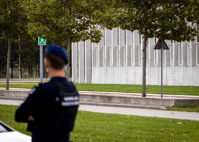 Zware beveiliging door politie en Marechaussee bij de extra beveiligde rechtbank op Schiphol, waar het proces rond de MH17 volgend jaar plaatsvindt