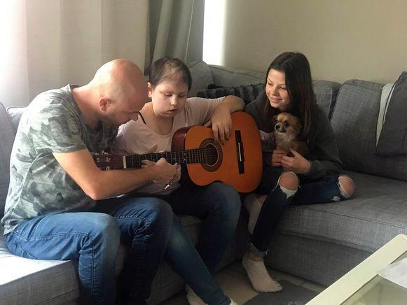 Selin (13) kreeg zelfs gitaarles van Stan.