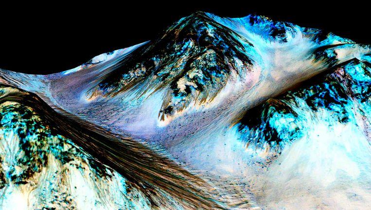 De donkere, smalle strook op de foto van de oppervlakte van Mars, zou water kunnen zijn volgens de NASA Beeld REUTERS
