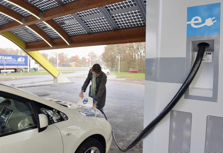 Elektrische auto bij een snellaadstation. Beeld anp