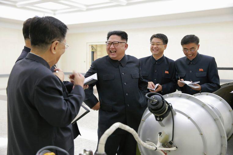 Kim Jong-un (derde van rechts) bekijkt het werk aan het Noord-Koreaanse nucleaire programma op een onbekende locatie.  Beeld EPA