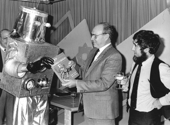 1986: In Houten wordt het Robotboek aangeboden aan burgemeester Bransen. Het boek werd geschreven door Henk Gosses en Chriet Titulaer. Uiteraard werd het boek door een 'echte' robot overhandigd.