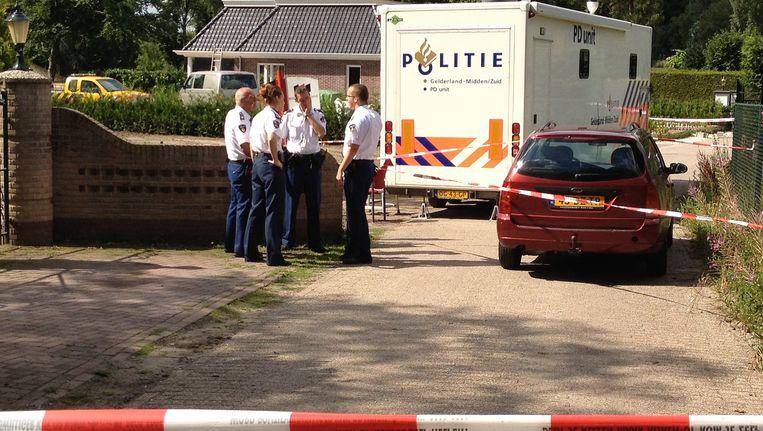 Politieagenten verrichten onderzoek na een gewapende woningoverval in Voorthuizen. Beeld null