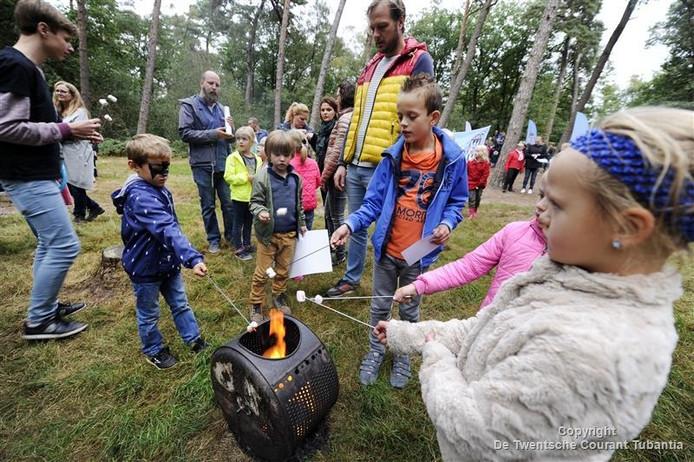 Kinderen bakken marshmellows tijdens de Unicefloop in Almelo