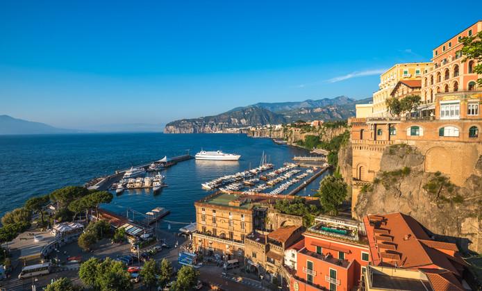 De Italiaanse badplaats Sorrento waar een Britse vrouw zou zijn verkracht door tien hotelmedewerkers.