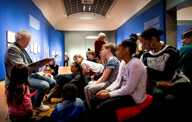 Schrijver Koos Meinderts leest kinderen voor in het Rijksmuseum. Beeld ANP