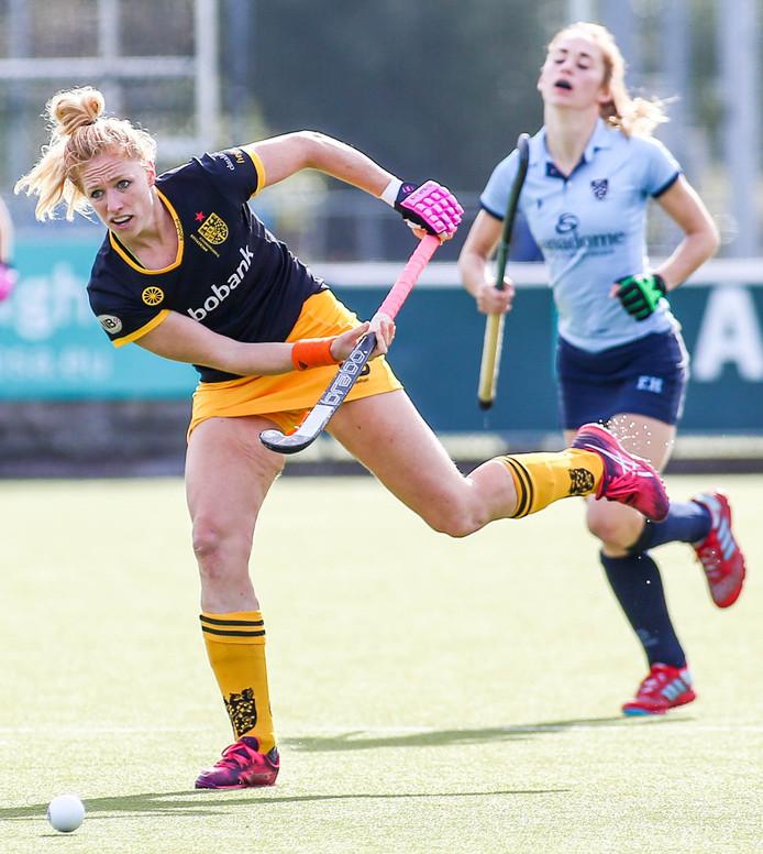 Margot van Geffen (links) speelt de bal naar een ploeggenoot. Op de achtergrond baalt Tessa Schoenaker.