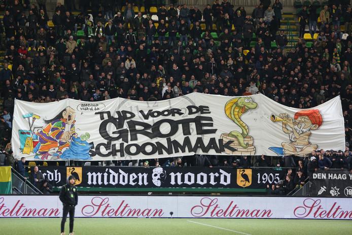 Spandoek tijdens ADO - Willem II: De Haagse aanhang richt zijn pijlen op de technische leiding.