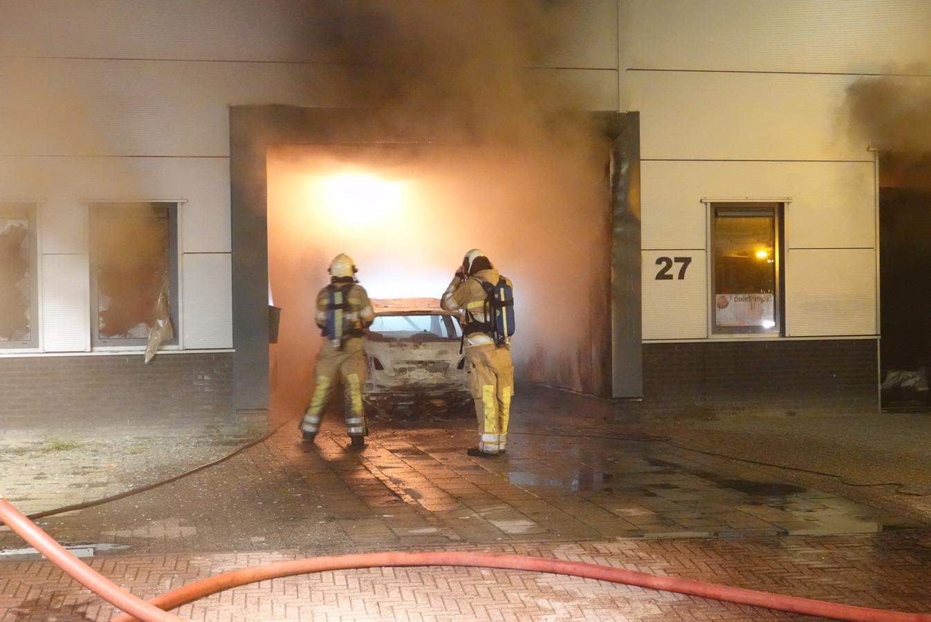 De brand sloeg over van de auto naar het bedrijfspand.
