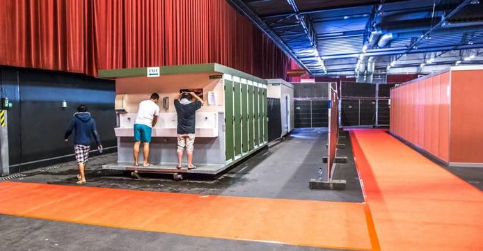Vluchtelingen in de IJsselhallen. Foto Frans Paalman
