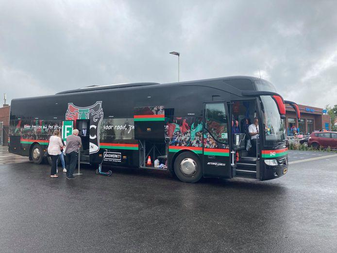 De 'deur rij mert on tour'. Met de spelersbus doet NEC deze zondag zeven locaties in stad en streek aan om seizoenkaarten te verkopen.