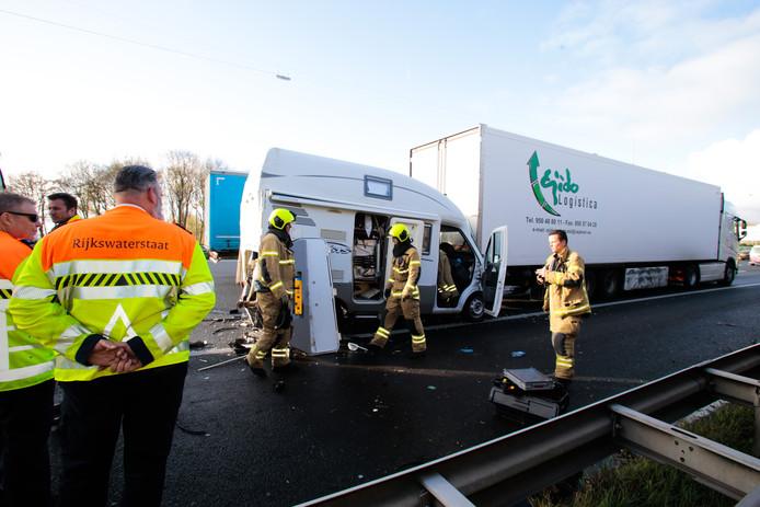 Bij het ongeval op de A16 raakte de camper flink beschadigd.