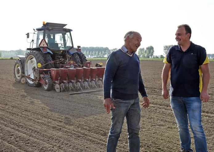 Links boer Jan van Dam in gesprek met teeltadviseur Wouter van Zeele.