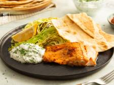 Wat Eten We Vandaag: Harissa-zalm met kool, yoghurtsaus en platbrood