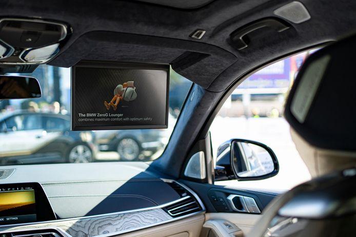 Het nieuwe beeldscherm - in plaats van de zonneklep - toont op deze foto de werking van de airbags in de slaapstoel.