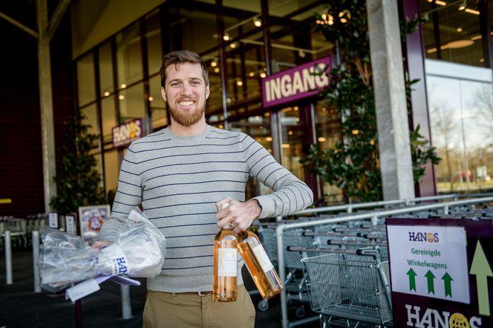 Job Stroot winkelt met een dagpasje bij Hanos. De groothandel is gevraagd iedereen toe te laten om druk op supermarkten te verminderen.