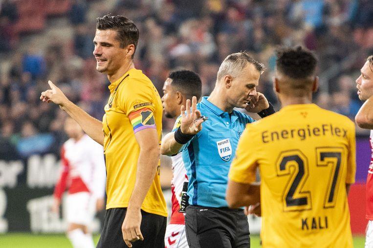 Björn Kuipers wacht op het oordeel van de Var in de wedstrijd tussen FC Utrecht en NAC, begin oktober. Beeld ANP Pro Shots