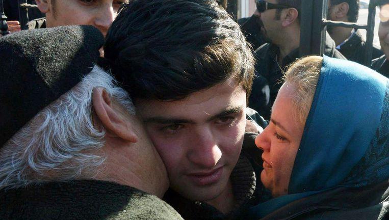 De ouders van de vrijgelaten tiener omhelzen hun zoon.
