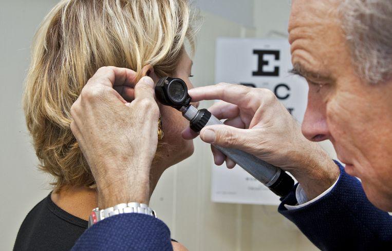 Ook gehoorproblemen kunnen een forse beperking zijn voor werknemers, de bedrijfsarts kan mensen daarbij begeleiden. Beeld ANP