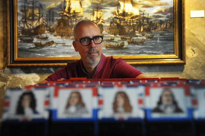 Pol Verbeeck speelt het spel 'Wie is het?' Op de achtergrond een zeeslag van Jan de Quelery.