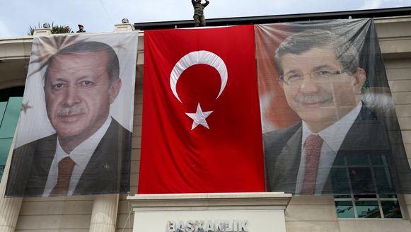 De AKP, de partij van president Erdogan (l.) en premier Davutoglu (r.) deed het zondag slechter dan gehoopt.