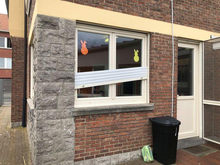De inbrekers verschaften zich een toegang door het rolluik te forceren en het raam open te breken.