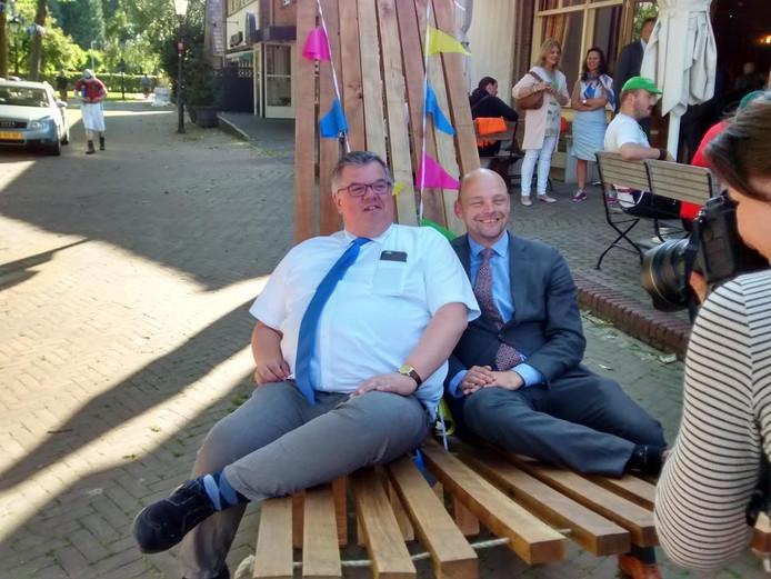 Burgemeester Bruls (links).