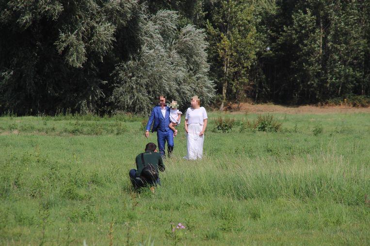 Het koppel ging dan maar in het veld naast de weg foto's nemen