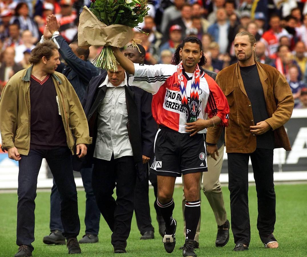Henk Fraser neemt afscheid als speler van Feyenoord in 1999. Rechts naast hem John de Wolf.