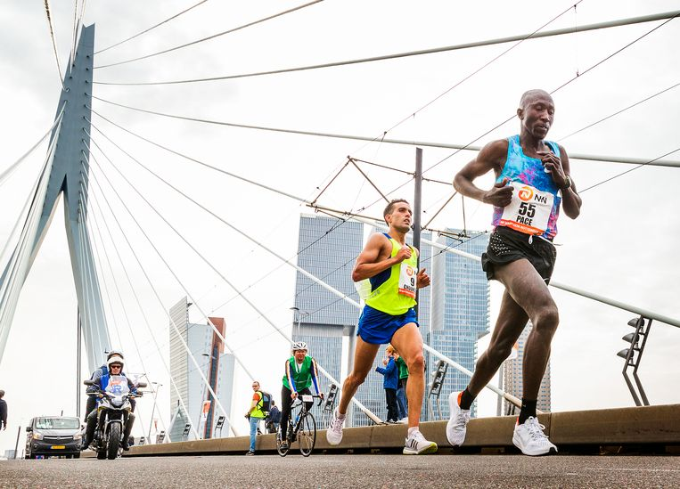 Khalid Choukoud loopt achter een haas op de Erasmusbrug. Beeld null
