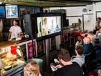 New Kids-regisseur Flip serveert een Jos Brinkie in snackbar 't Hoekje