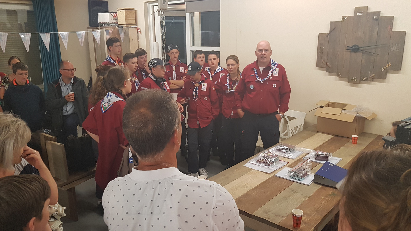 """""""Jullie weten niet wat je allemaal bij de jamboree mee gaan maken"""", aldus troepleider Mark Nijrolder uit Sint-Michielsgestel (rechts)"""