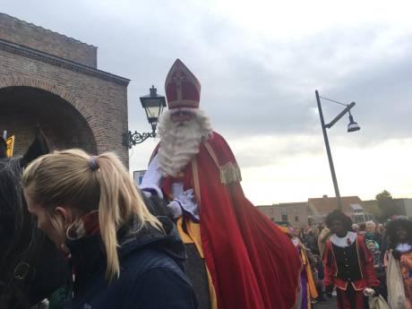 Kinderen helpen Sinterklaas naar zijn logeeradres te brengen