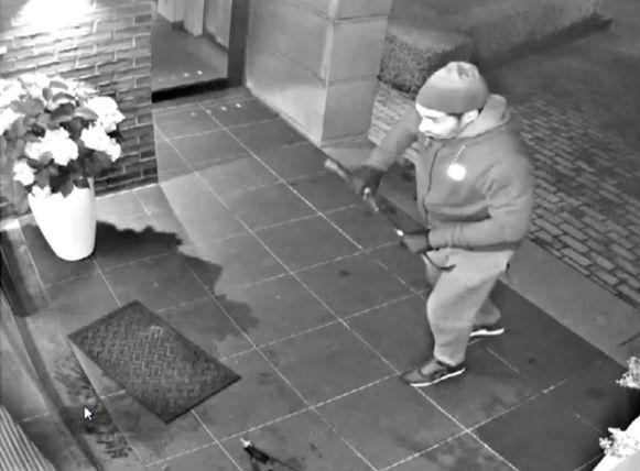De inbreker staat op het punt de deur van dit frituur in te trappen.