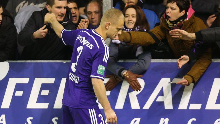 Olivier Deschacht gaat de fans groeten na de belabberde prestatie in Moeskroen. De meegereisde supporters proberen hun ontgoochelde verdediger te troosten.
