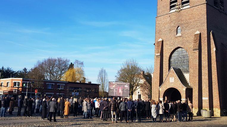 Heel Gooreind kwam afscheid nemen van Johan. Mensen die niet meer in de kerk pasten, konden de dienst buiten op groot scherm volgen.