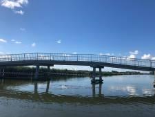 Fietsers en wandelaars kunnen weer op de fietsbrug over de Boonervliet in Maasland