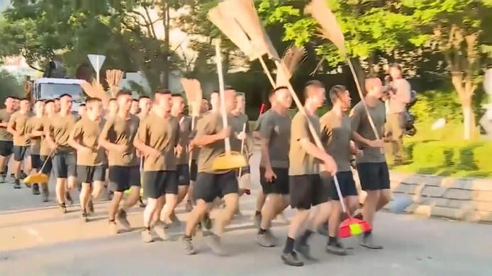In een zeldzame manoeuvre zijn soldaten van het Chinese Volksleger vandaag ongewapend de straat opgegaan in Hongkong voor een grote schoonmaakactie.