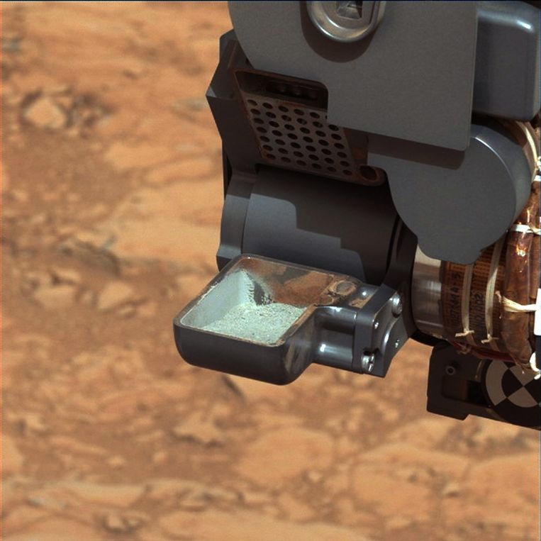 In een van de bakjes van Curiosity is het eerste poeder te zien dat de rover uit een steen heeft geboord. Beeld epa