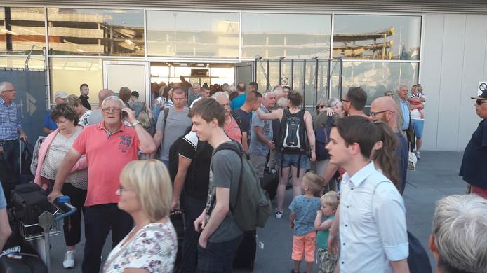 Reizigers worden via een zij-uitgang naar buiten geleid.