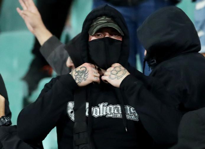 Een gemaskerde Bulgaarse fan.